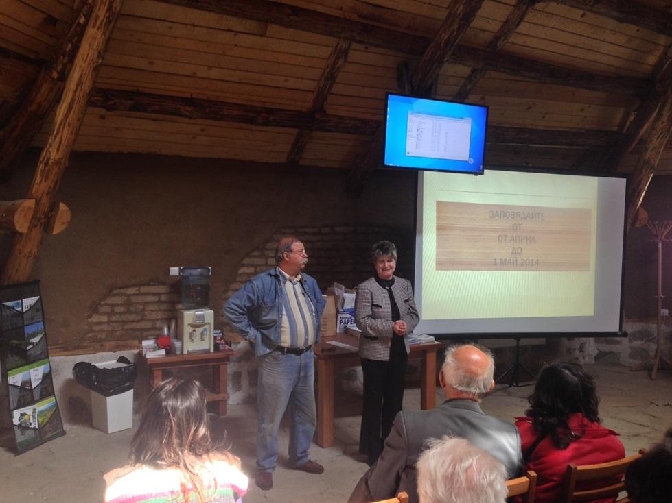 Директорката на парка Сн. Петрова представя художника-дърворезбар Васил Даскалов