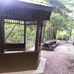 Ремонтираните и лакирани пейки и беседка