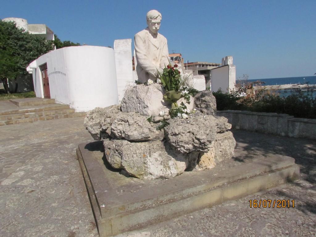 IMG_2267 паметник на Яворов в Поморие (1)