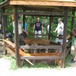Доброволците ремонтират беседка в м. Тихия кът